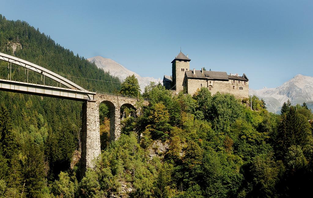 Schloss Wiesberg am Eingang zum Paznauntal