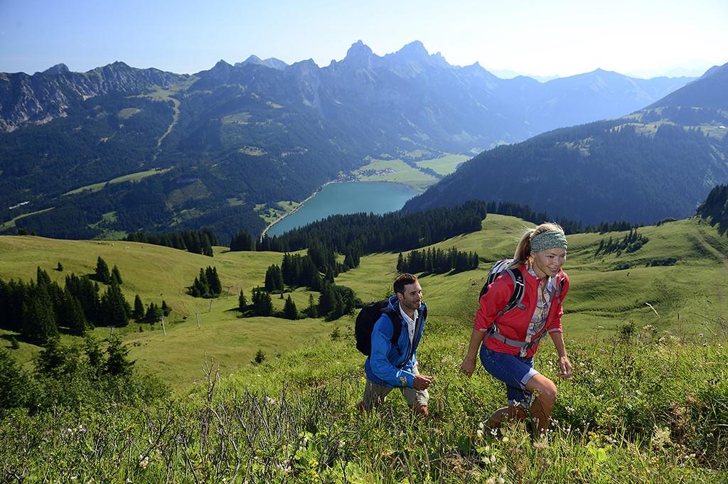 Über Feld und Wiesen beim Tannheimer Tal Wandern