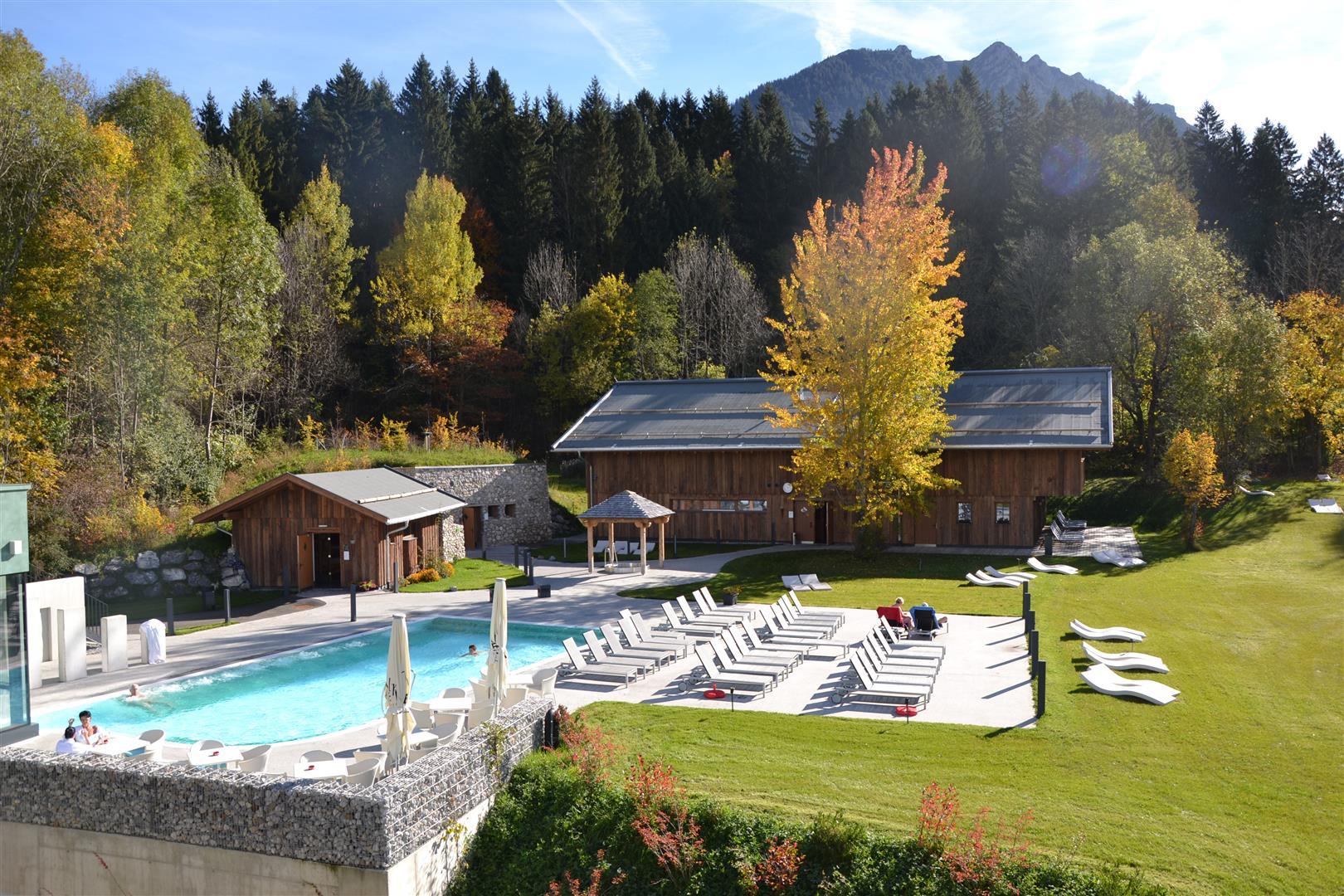Blick in den Saunagarten in der Alpentherme Ehrenberg